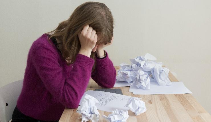 ILLUSTRATIE - Een jonge vrouw leest een afwijzende reactie na haar sollicitatie. ANP XTRA ROOS KOOLE
